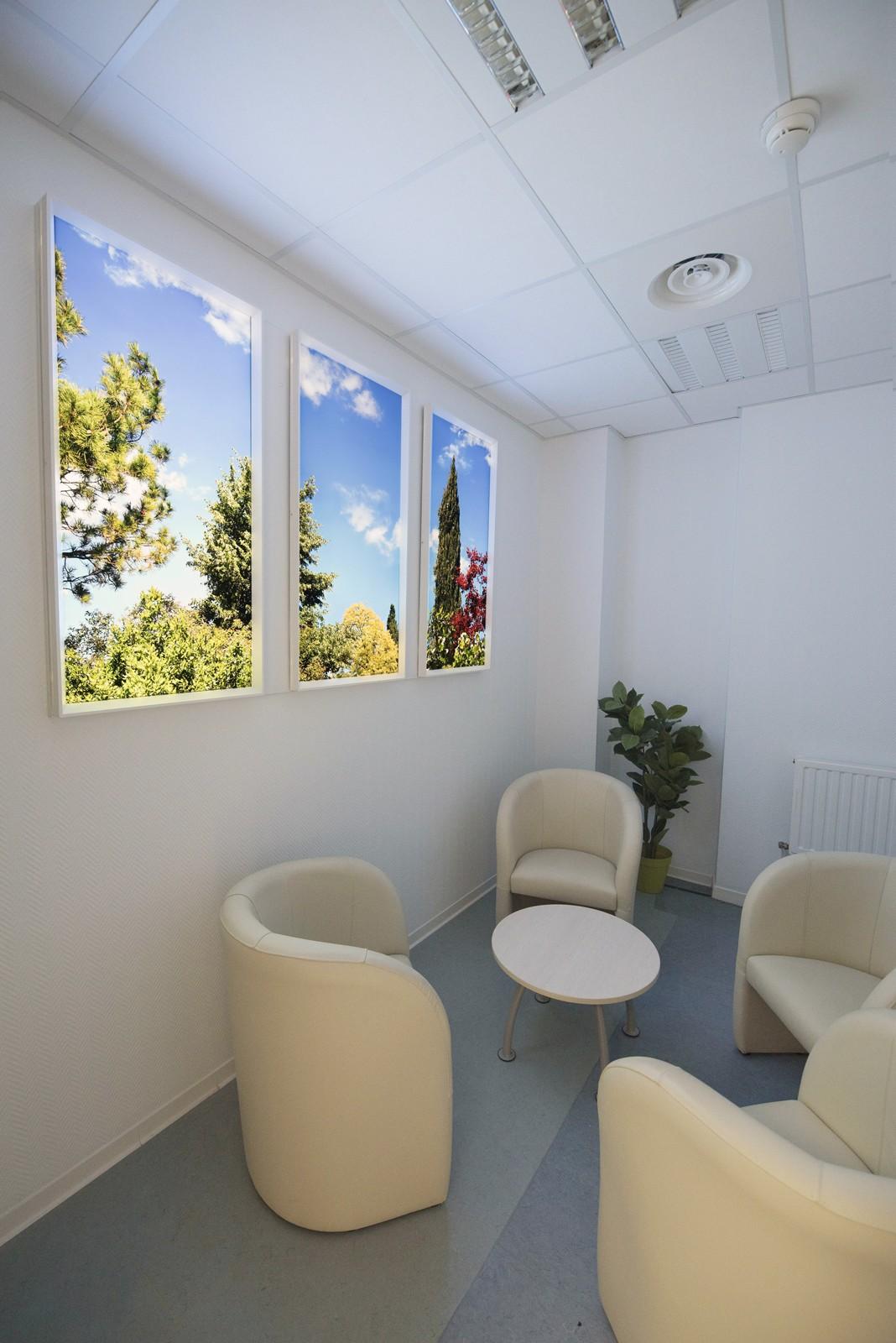fenêtres lumineuses cumulux 60x60 cm pour une salle d'attente sombre.