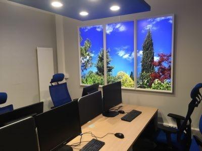 Installation de fenêtres virtuelles led cumulux pour un bureau de l'hôpital de Villefranche