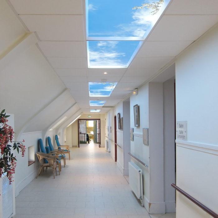 Plafond lumineux LED cumulux 60x120 cm pour couloir. Installation maison de retraite Ferrari