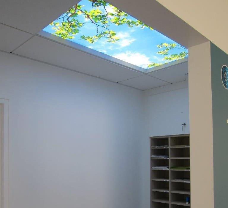 plafond lumineux LED cumulux 60x120 cm - installation au showroom 2M