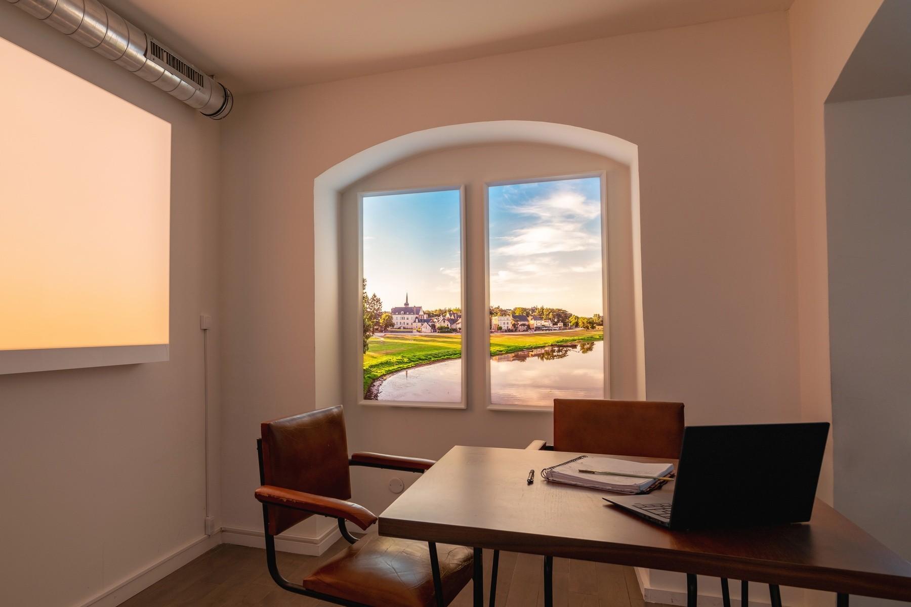 Fenêtres lumineuse évolution verticales pour une salle de réunion en sous-sol avec une lumière chaude.