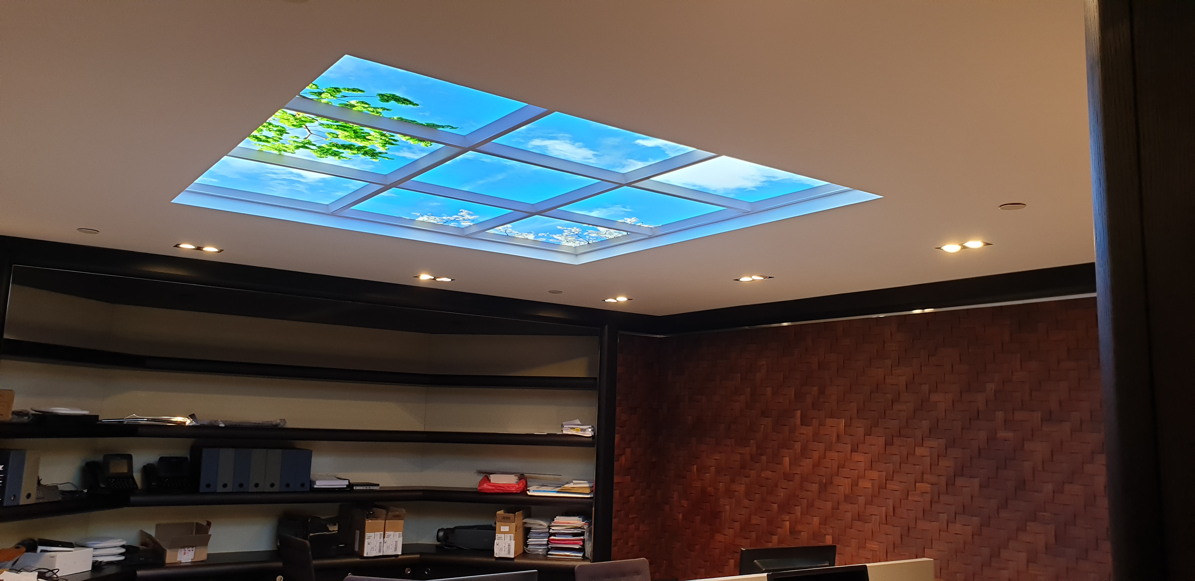 Plafonds lumineux Cumulux encastré dans le faux plafond en placo pour valoriser un espace de travail sans fenêtre
