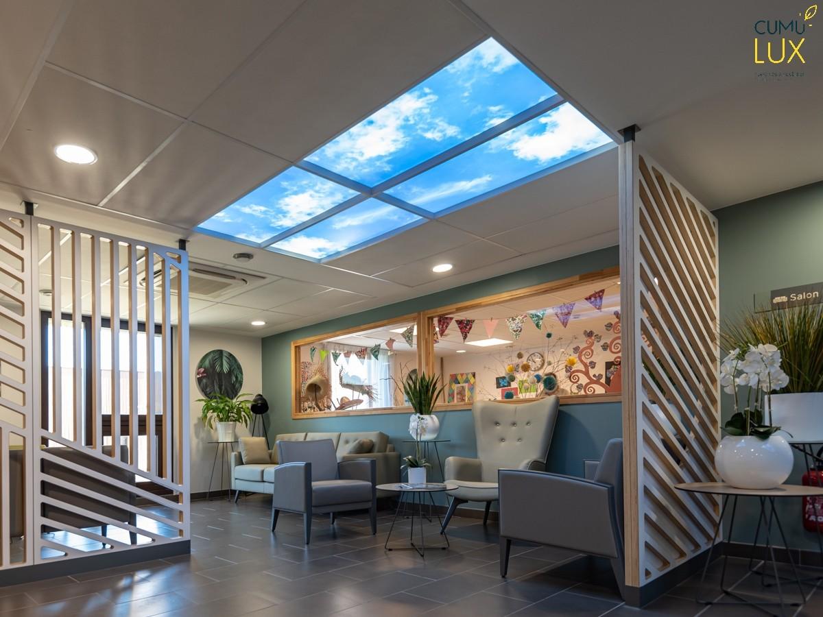 Faux plafond ciel dans un hall d'accueil d'EHPAD