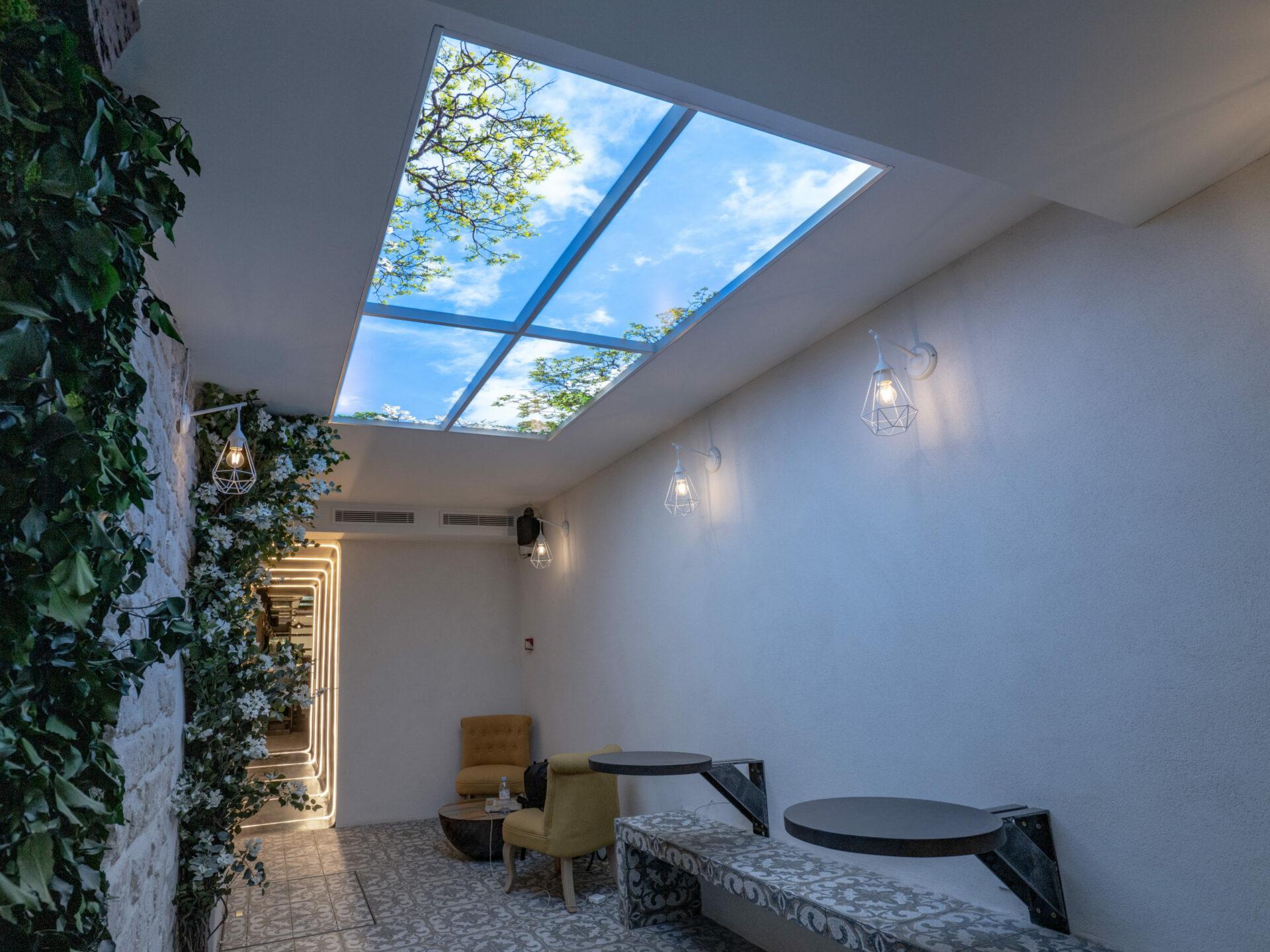 Faux plafond Cumulux de quatre modules, pour illuminer une salle de restaurant.