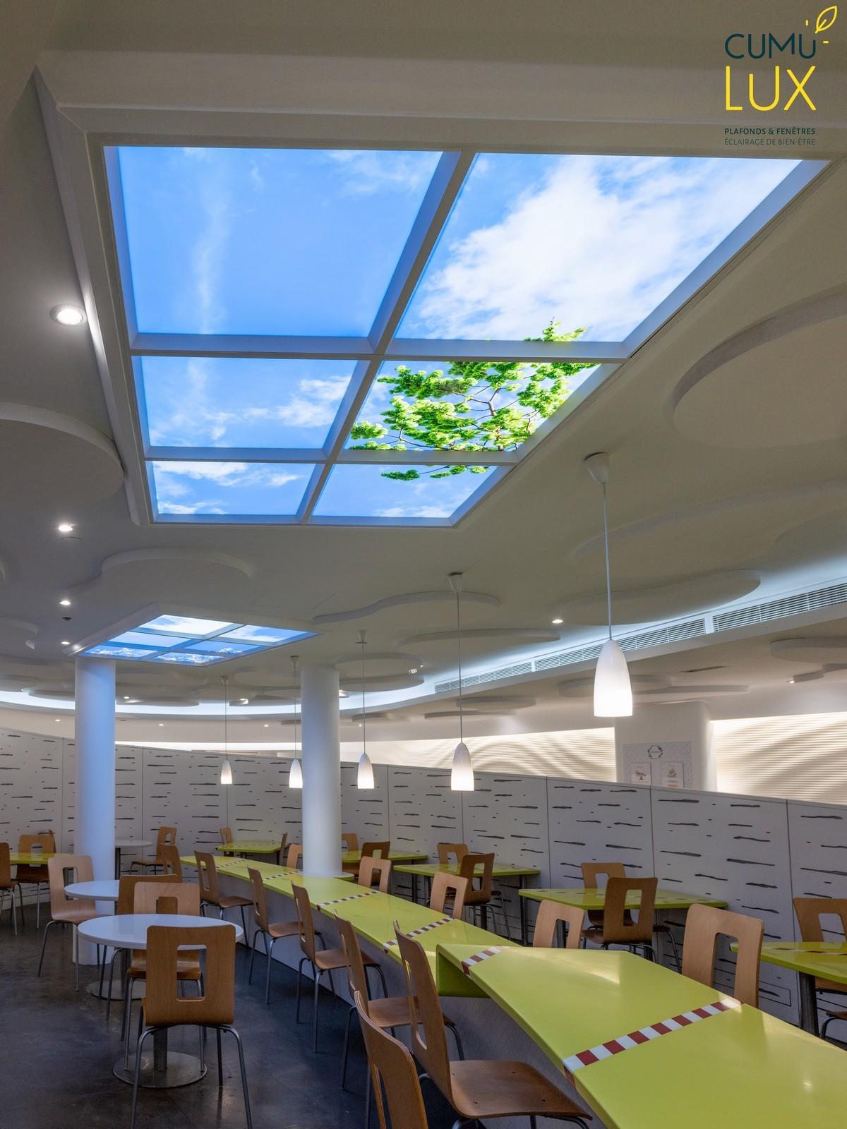Faux plafonds ciel lumineux Cumulux pour une salle de restauration en sous-sol