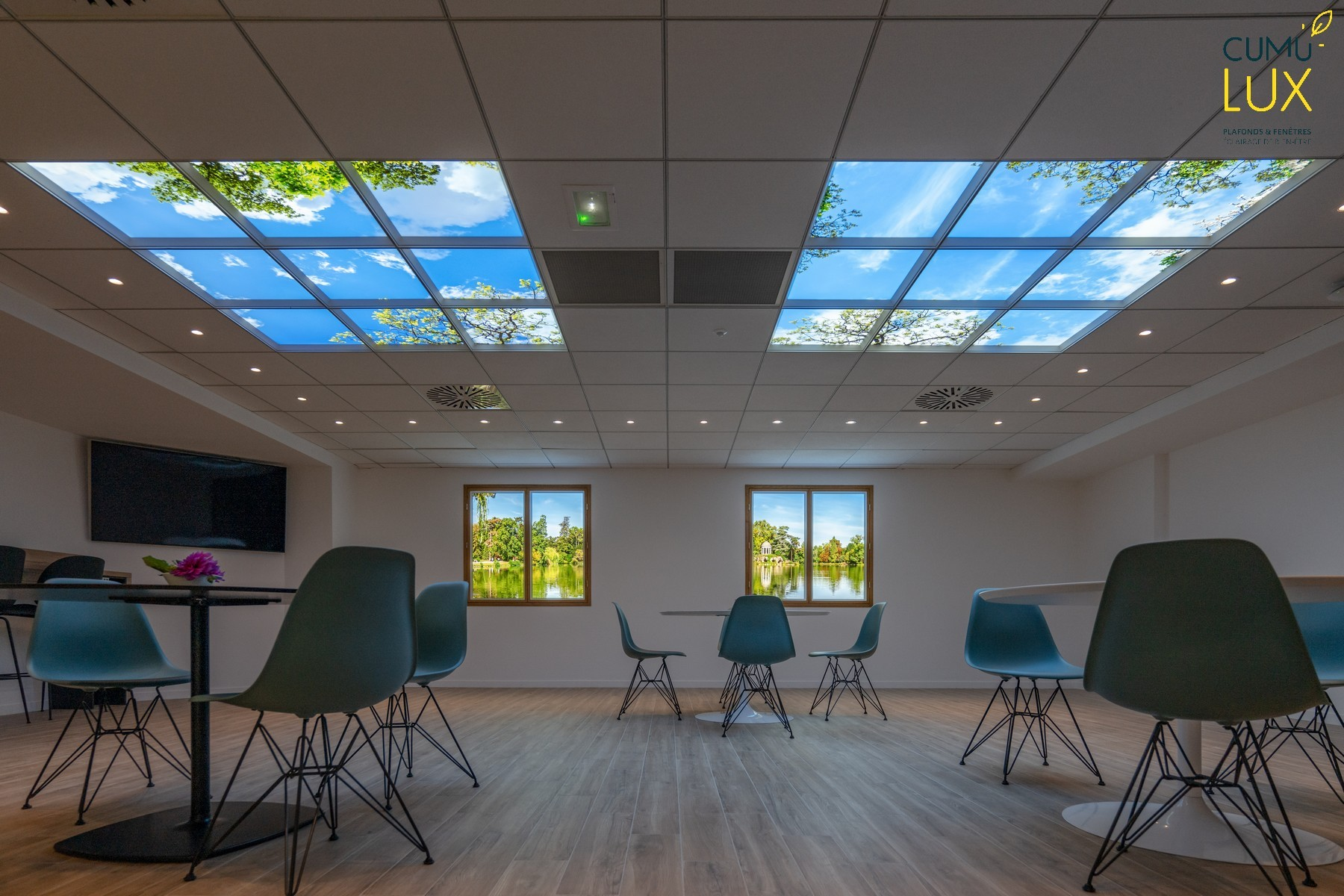 Plafonds lumineux et fenêtres lumineuses Cumulux dans une salle de restauration privée de lumière naturelle chez Interfel