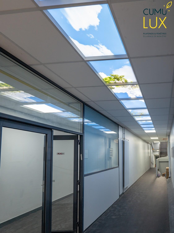 Faux plafond lumineux cumulux de 10 modules, pour un espace de circulation aveugle.