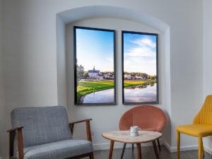 Fenêtres lumineuses verticales Cumulux Home, pour élcairer un espace salon sombre.