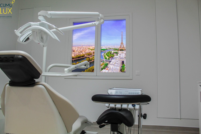 Lot de deux fausses fenêtres lumineuse Cumulux Evolution, pour créer un puits de lumière dans une salle de consultion pour un cabinet dentaire sur Paris.