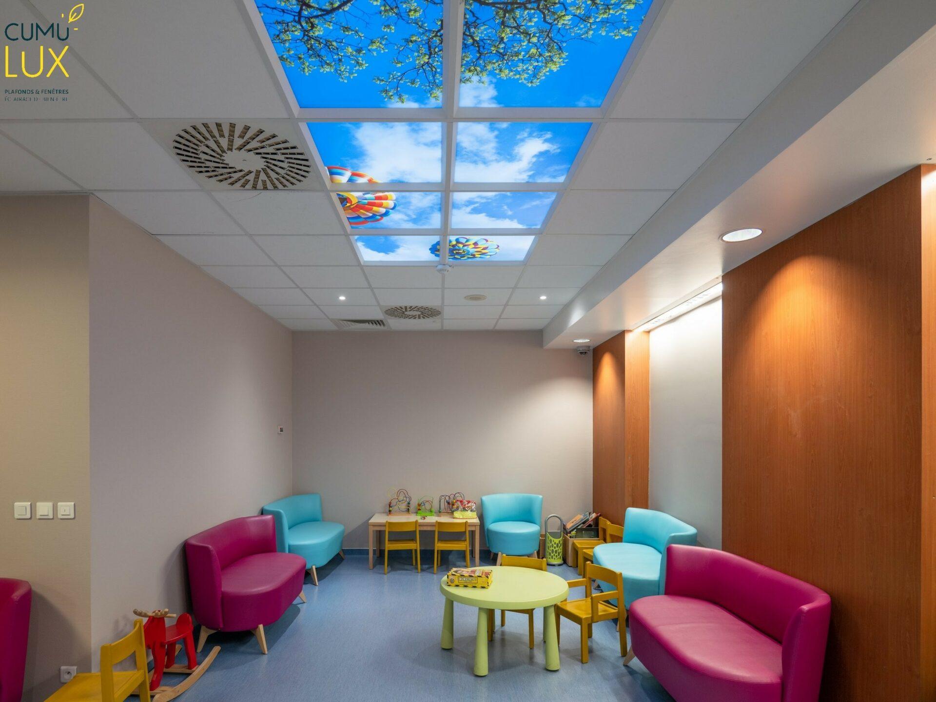 Faux plafond lumineux de 8 dalles pour éclairer une salle d'attente pour enfants au sous-sol au centre de cancérologie Gustave Roussy.