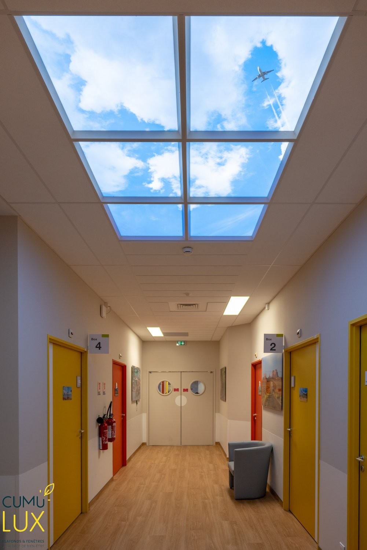 Faux plafond lumineux Cumulux pour illuminer un couloir aveugle.