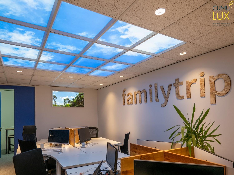 Faux plafond LED et fenêtre lumineuse pour habiller et éclairer un bureau aveugle.