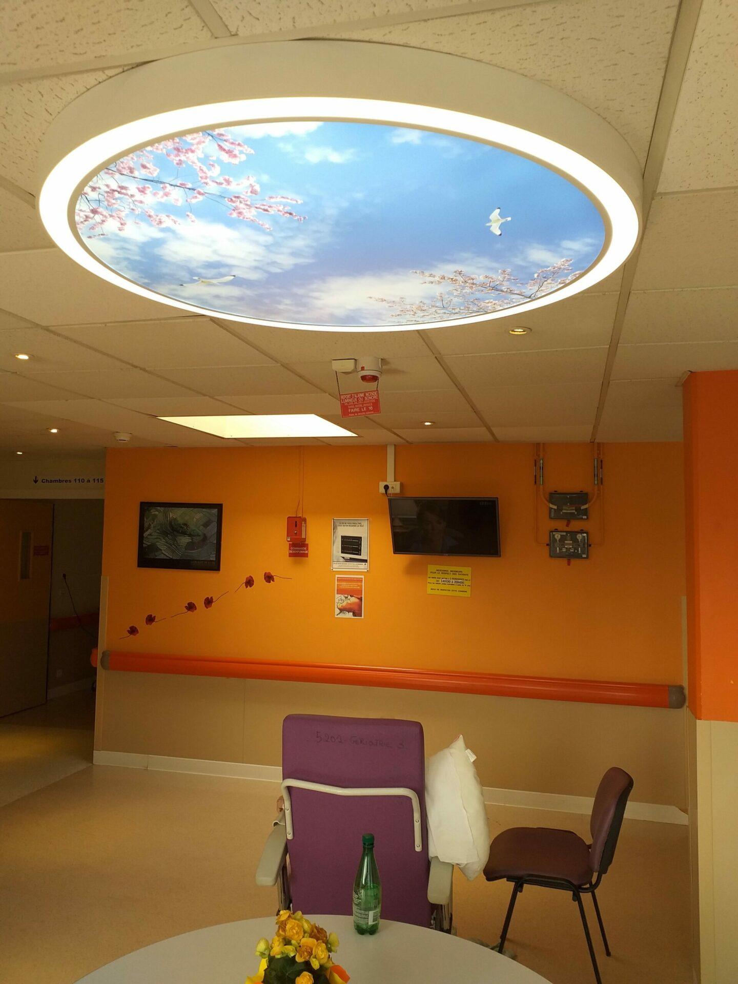 Disque Cumulux pour éclairer un espace sombre dans un hôpital, au CHU Rouen Normandie.