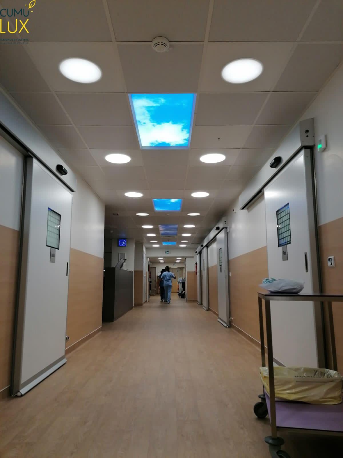 Six pavés LED, encastrés au plafond, dans un couloir sombre.