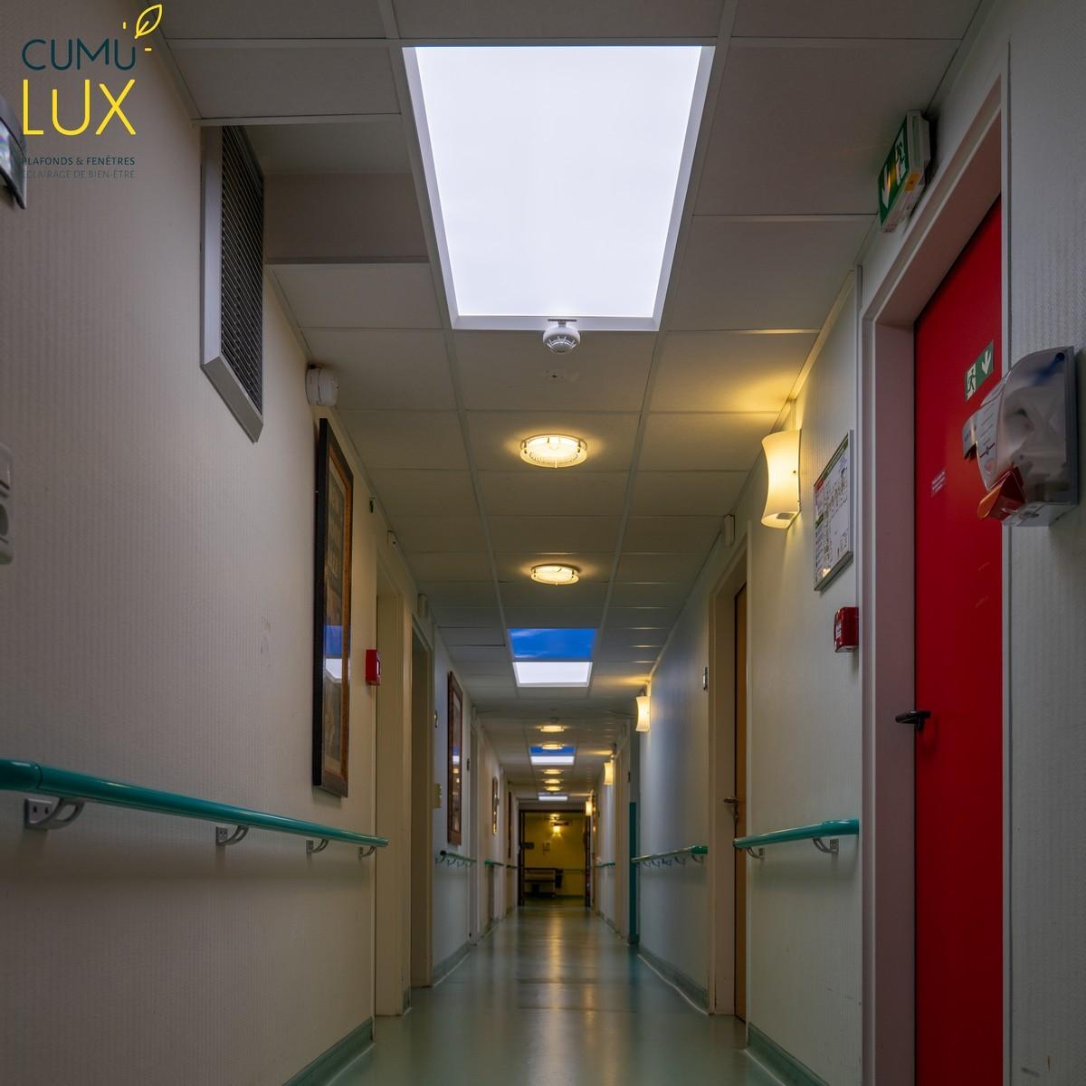 Dalles LED sans image Evolution, pour illuminer l'ensemble d'un couloir tout en respectant le rythme circadien.